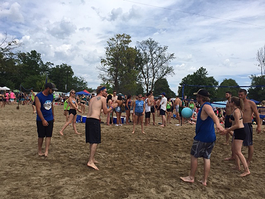 The young people playing beach vollyball