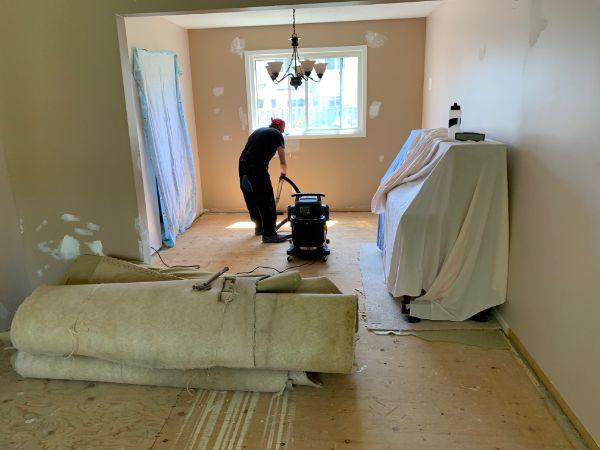 カナダの家 カーペットを外した後の掃除